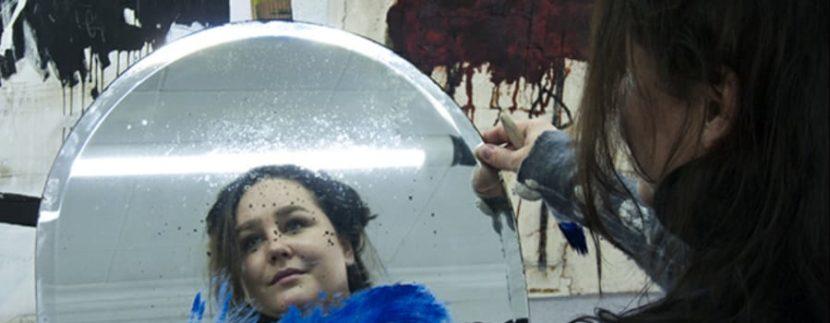 Spela Trobec frente a un espejo